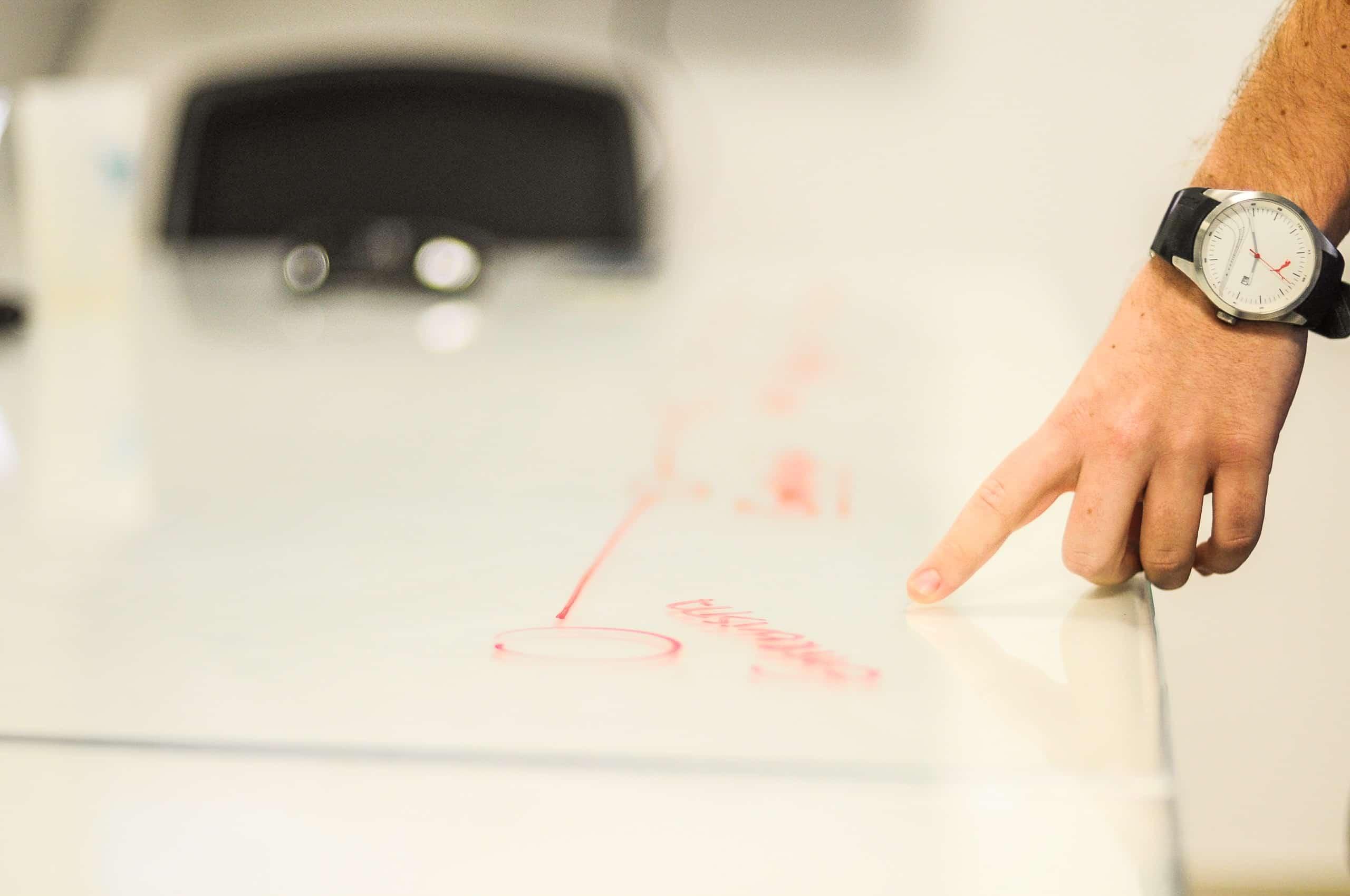 doigt pointant un schema sur une table