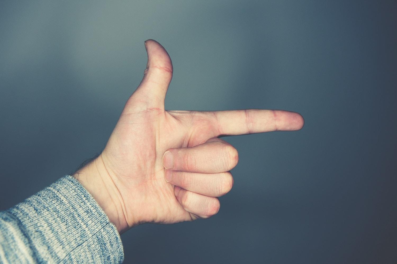 compter deux sur ses doigts