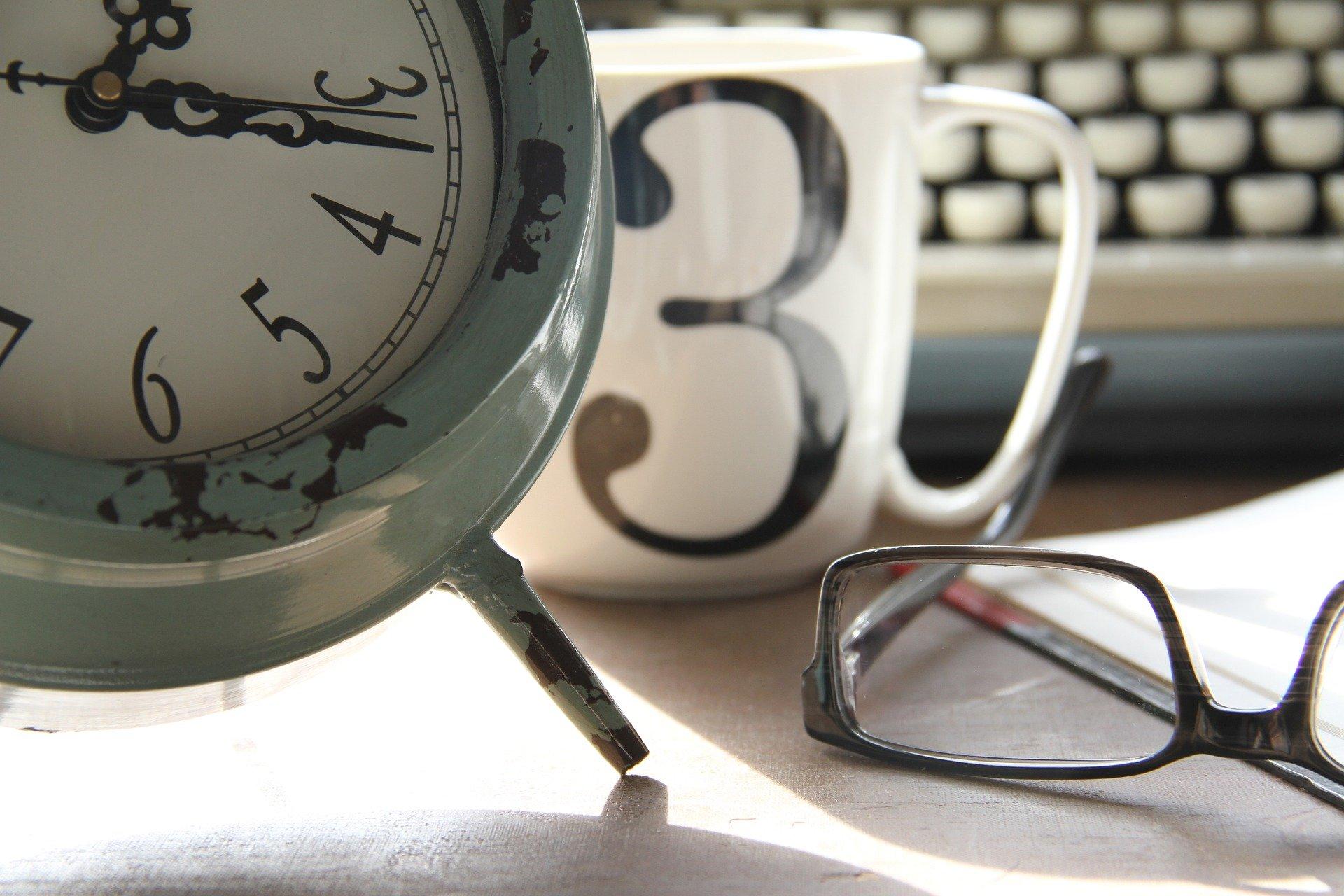 Poste de travail avec horloge